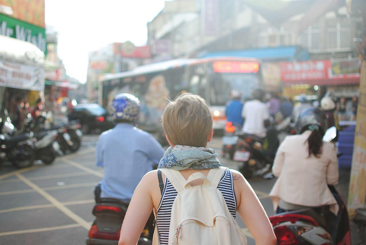 Турист путешествует по стране