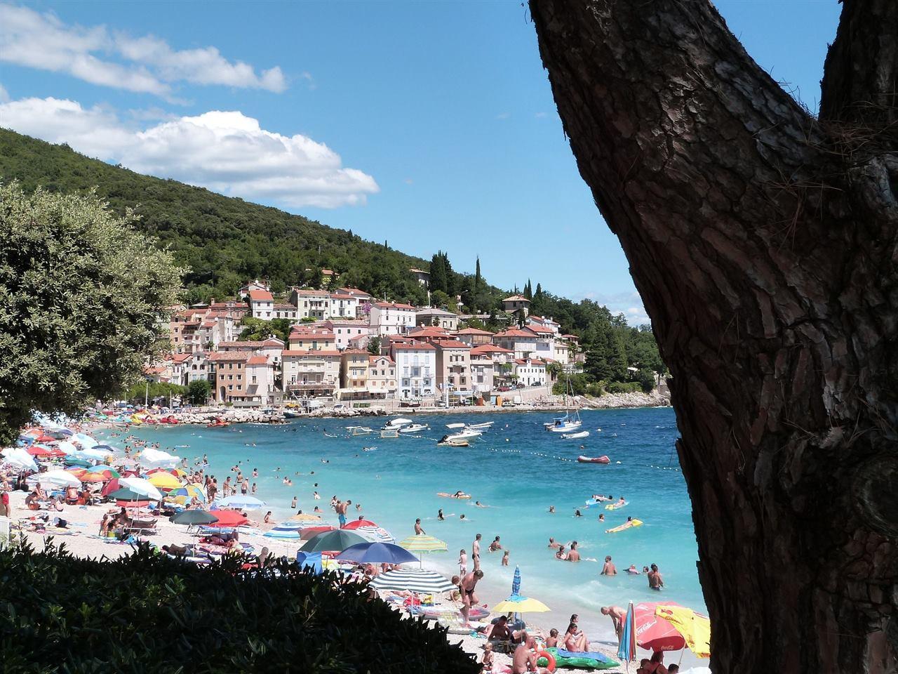 Туристический пляж для купания и отдыха