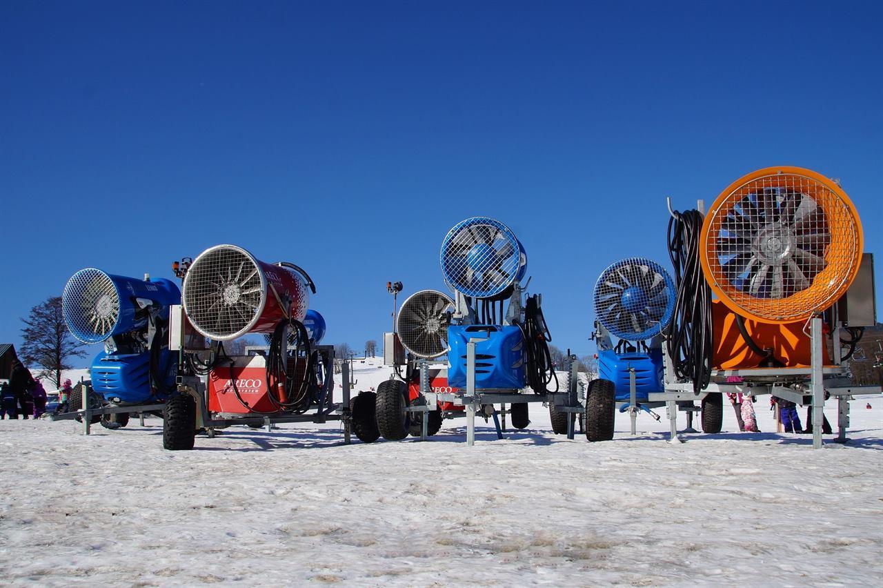 Снежные пушки на горнолыжном курорте