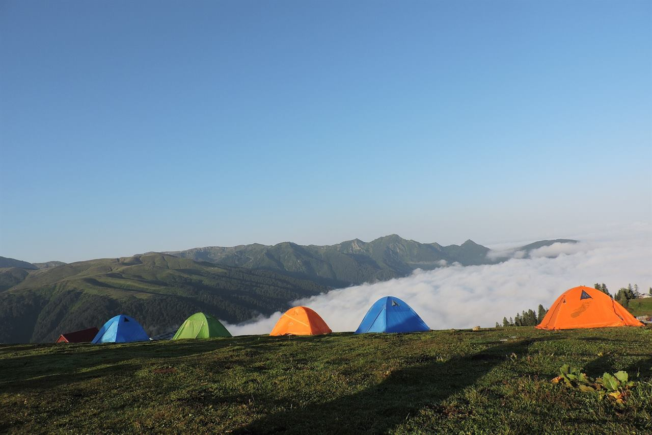 Туристические палатки в горах без животных