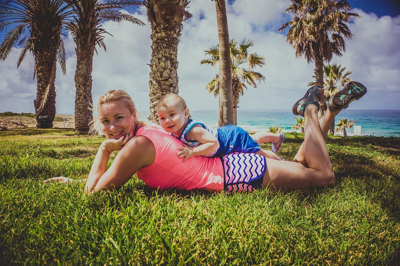 Путешественница с ребенком отдыхают на траве