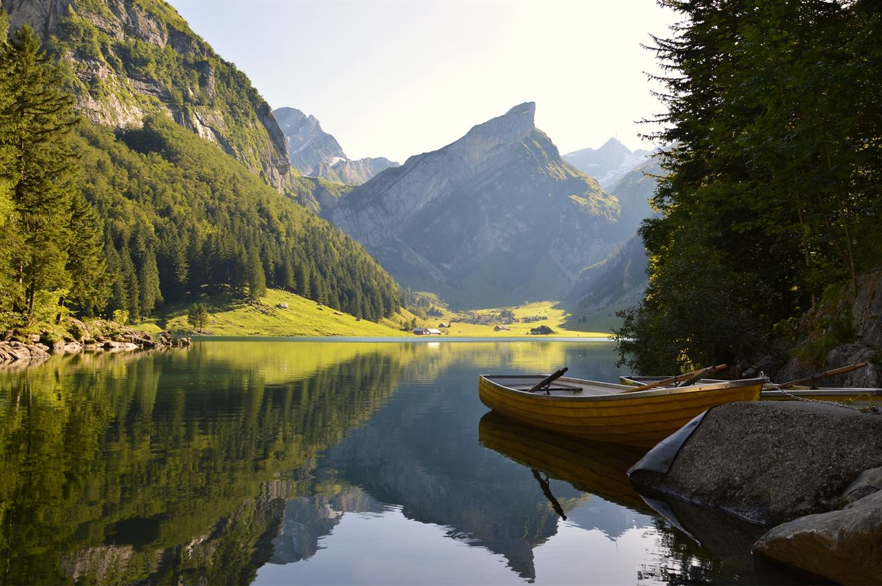 Туристическая лодка на горном озере без животных