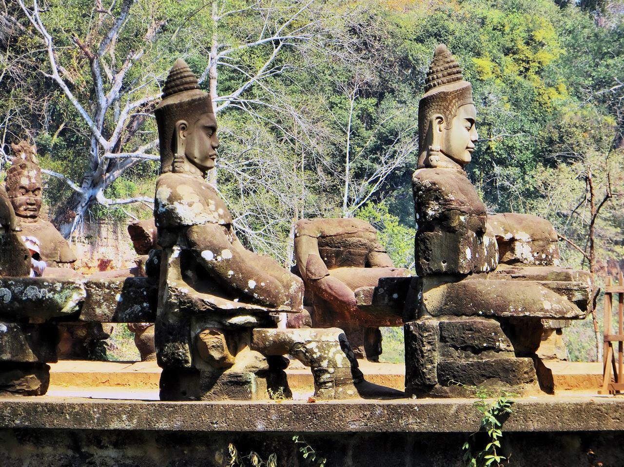 Древние воины в храме