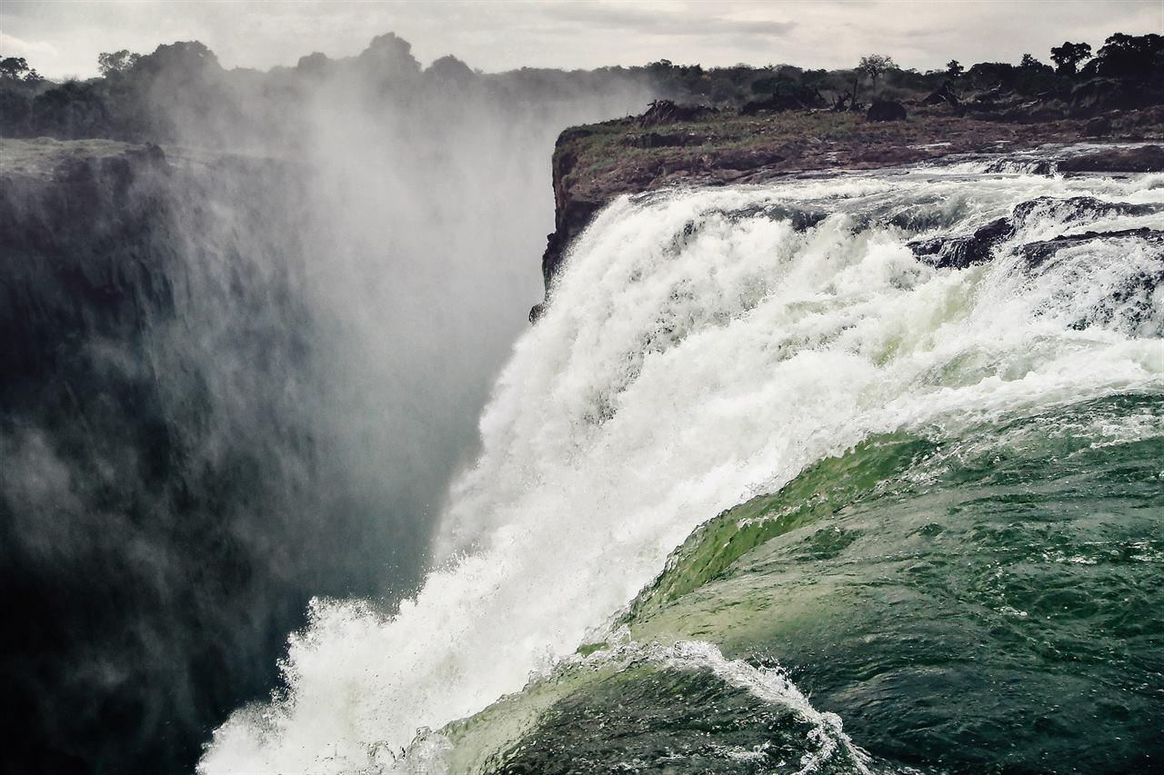 Бурные опасные воды водопада Виктория