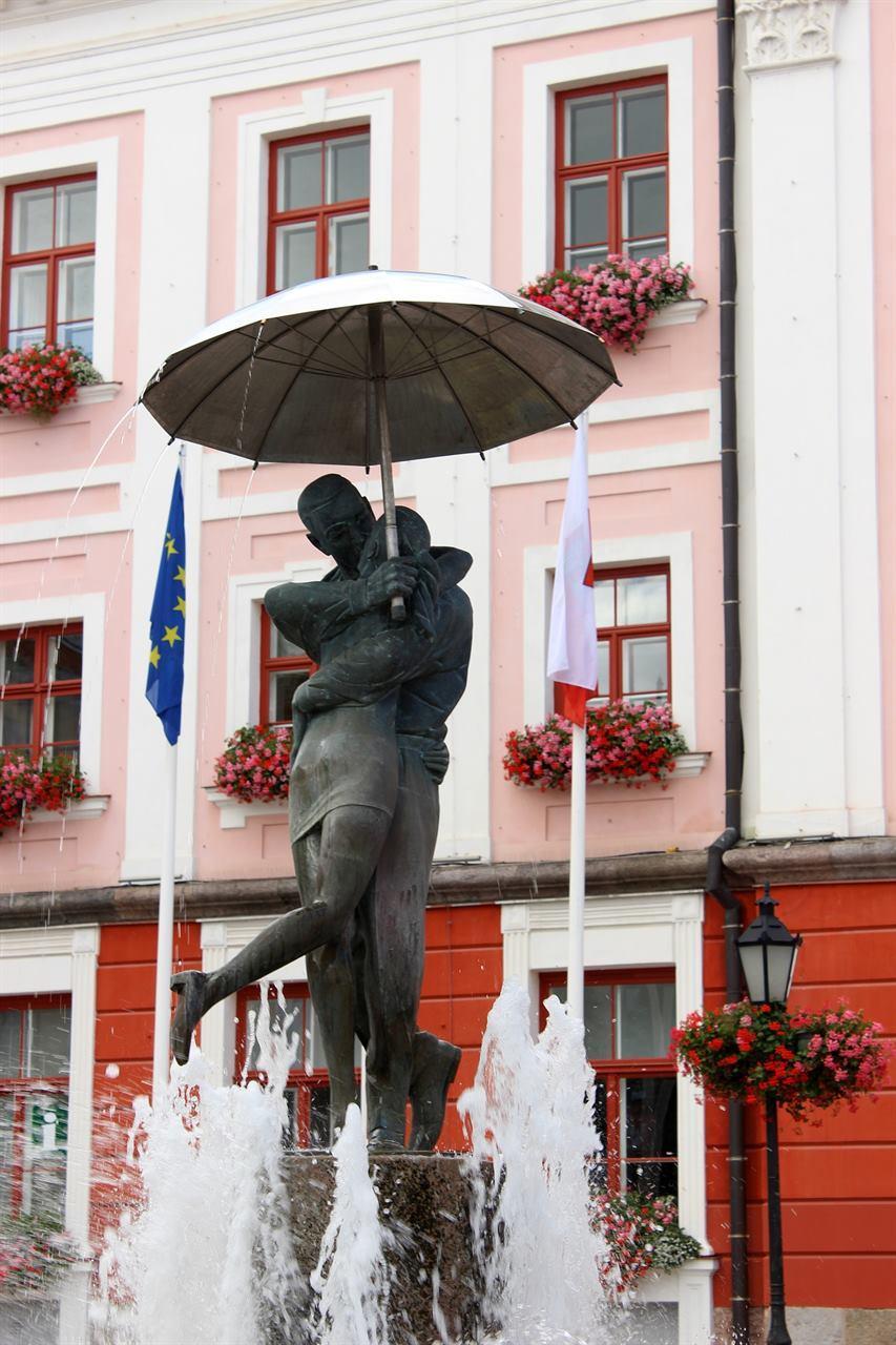 скульптура целующихся юноши и девушки Тарту