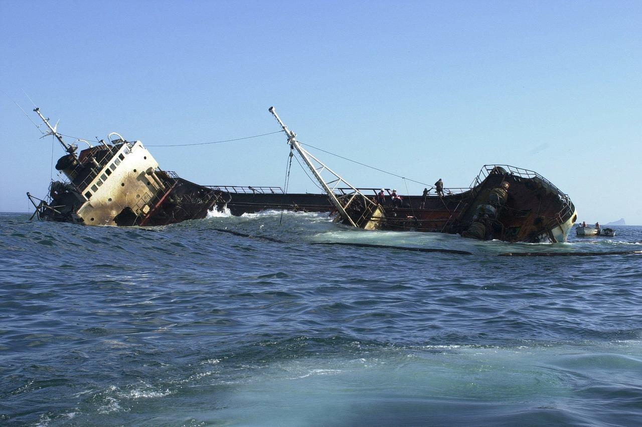 Корабль у Галапагосских островов