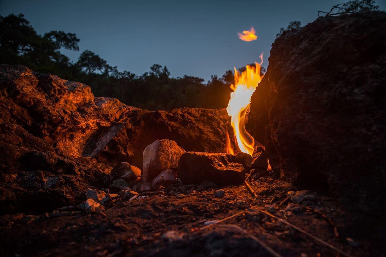 Ночная гора с огнем в Кемере
