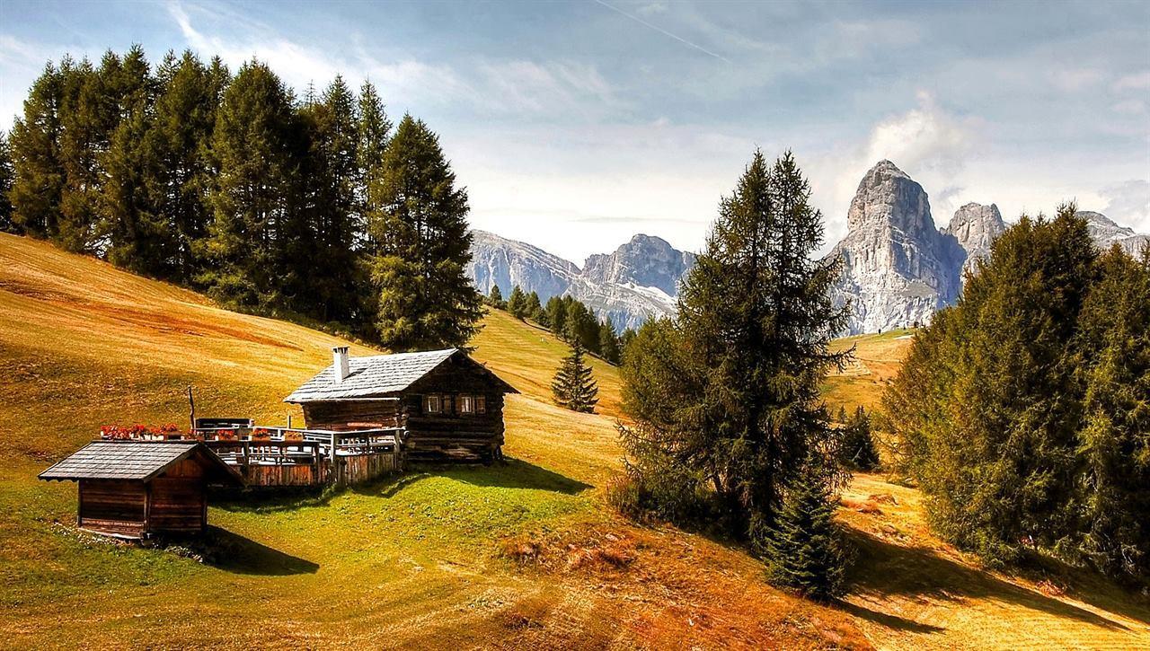 Туризм в деревушке на горе