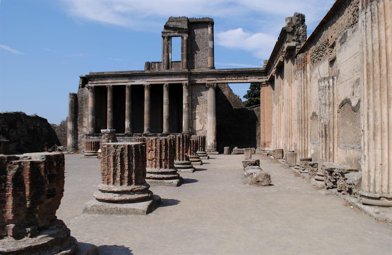 Древние развалины Неаполь