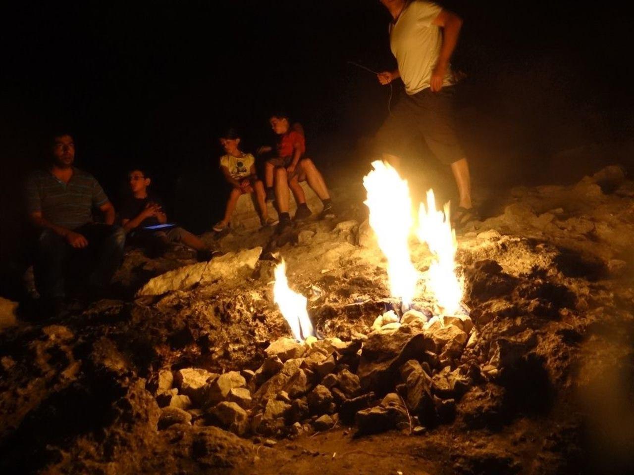 Туристы у огня на горе в Кемере