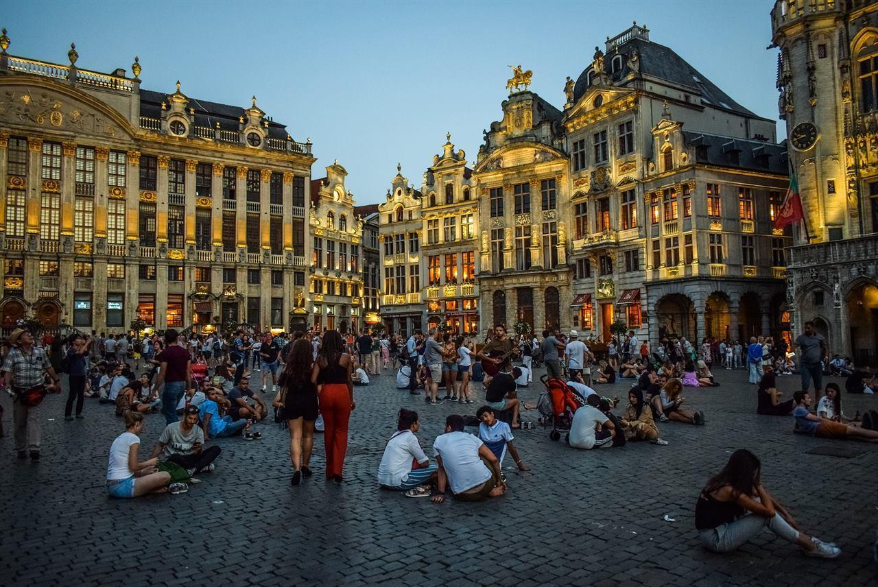 Туристы на площади в Бельгии
