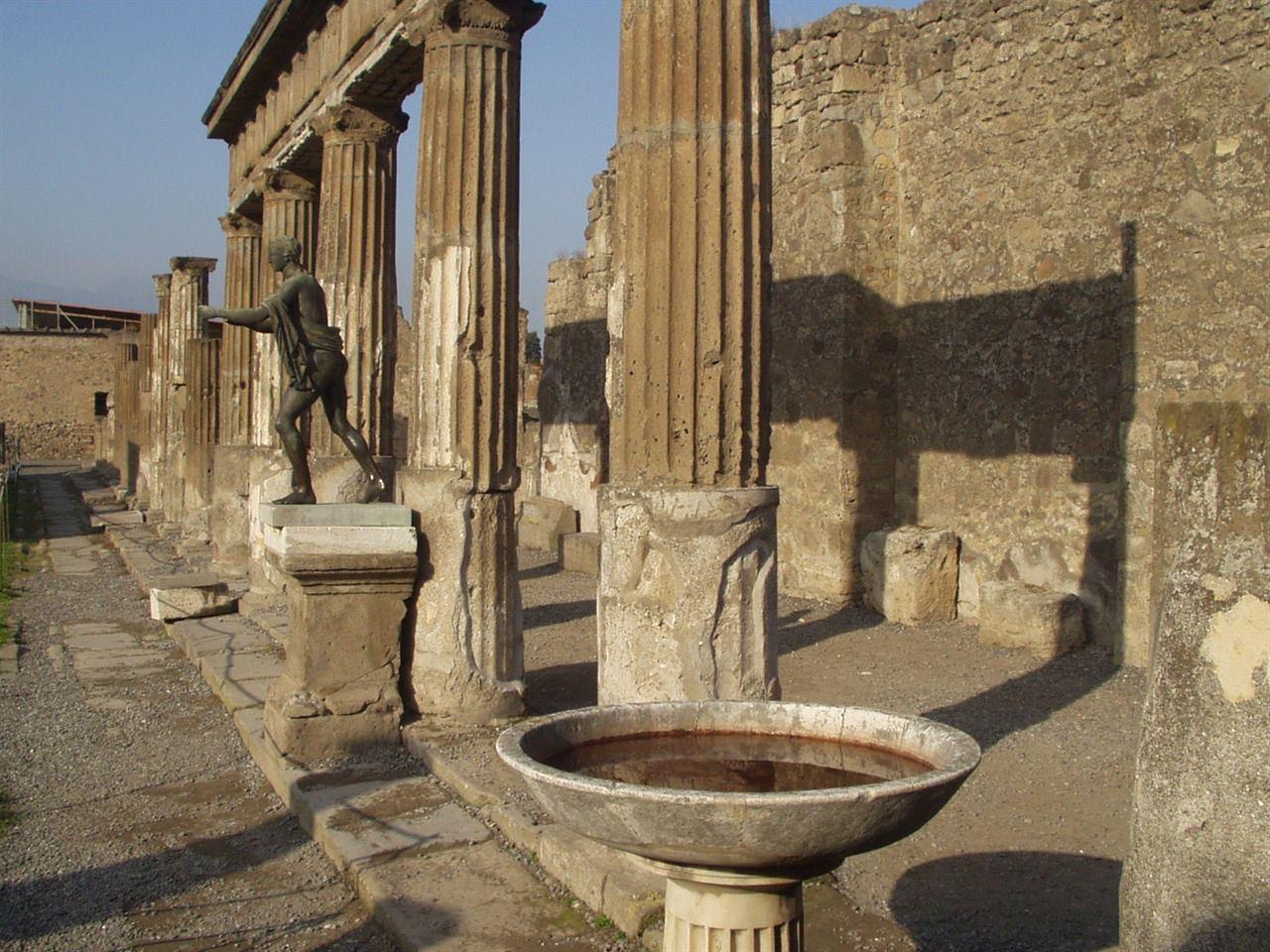 Древний город Помпеи Неаполь