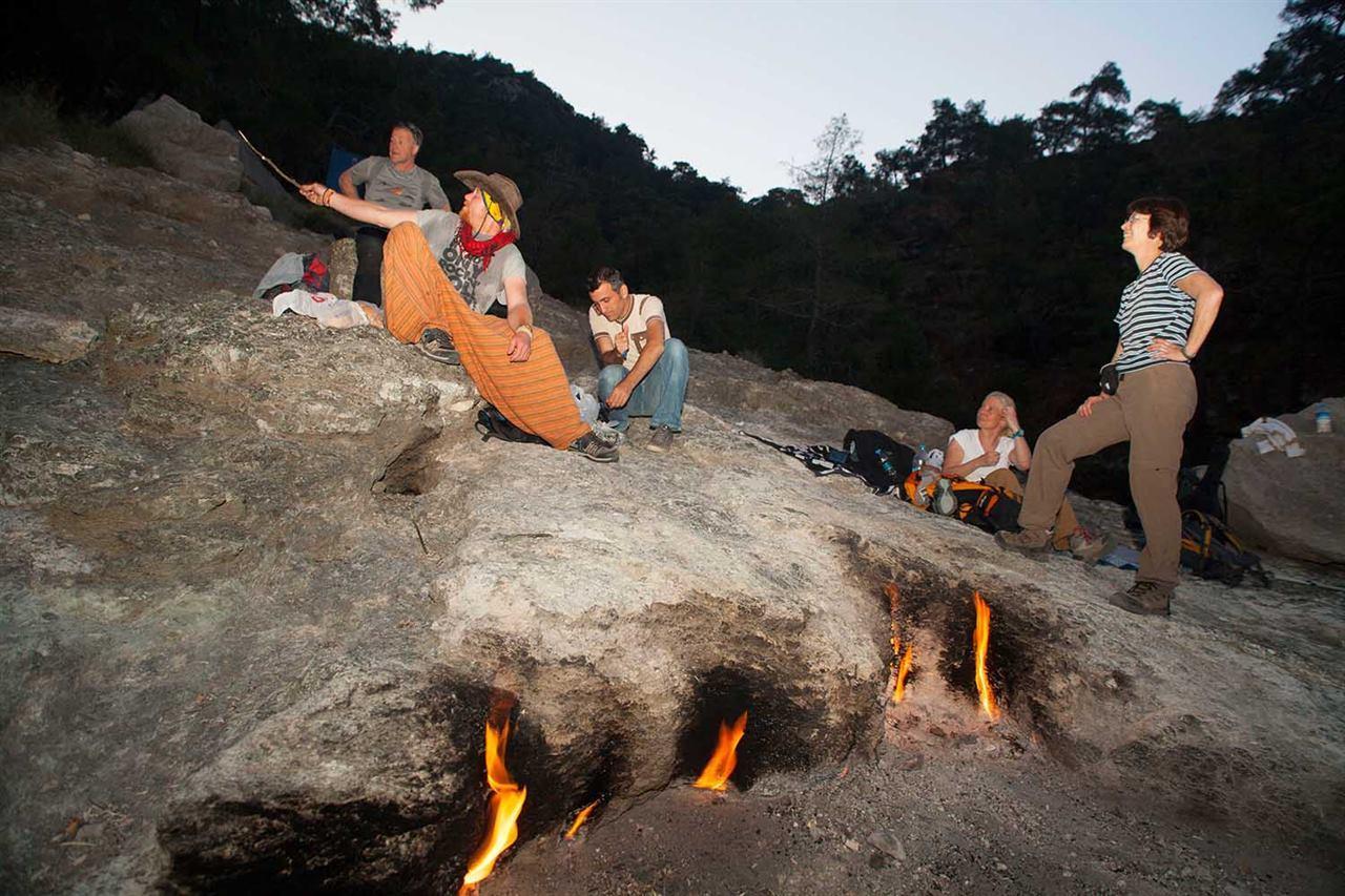 Туристы на огненной горе в Турции