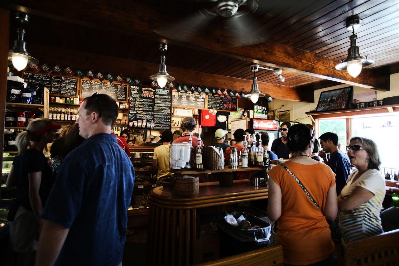 Общение в кафе в путешествии