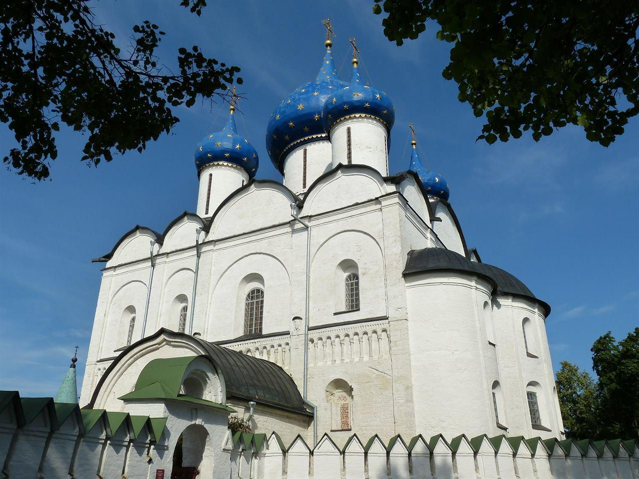 Суздальская церковь с голубыми куполами