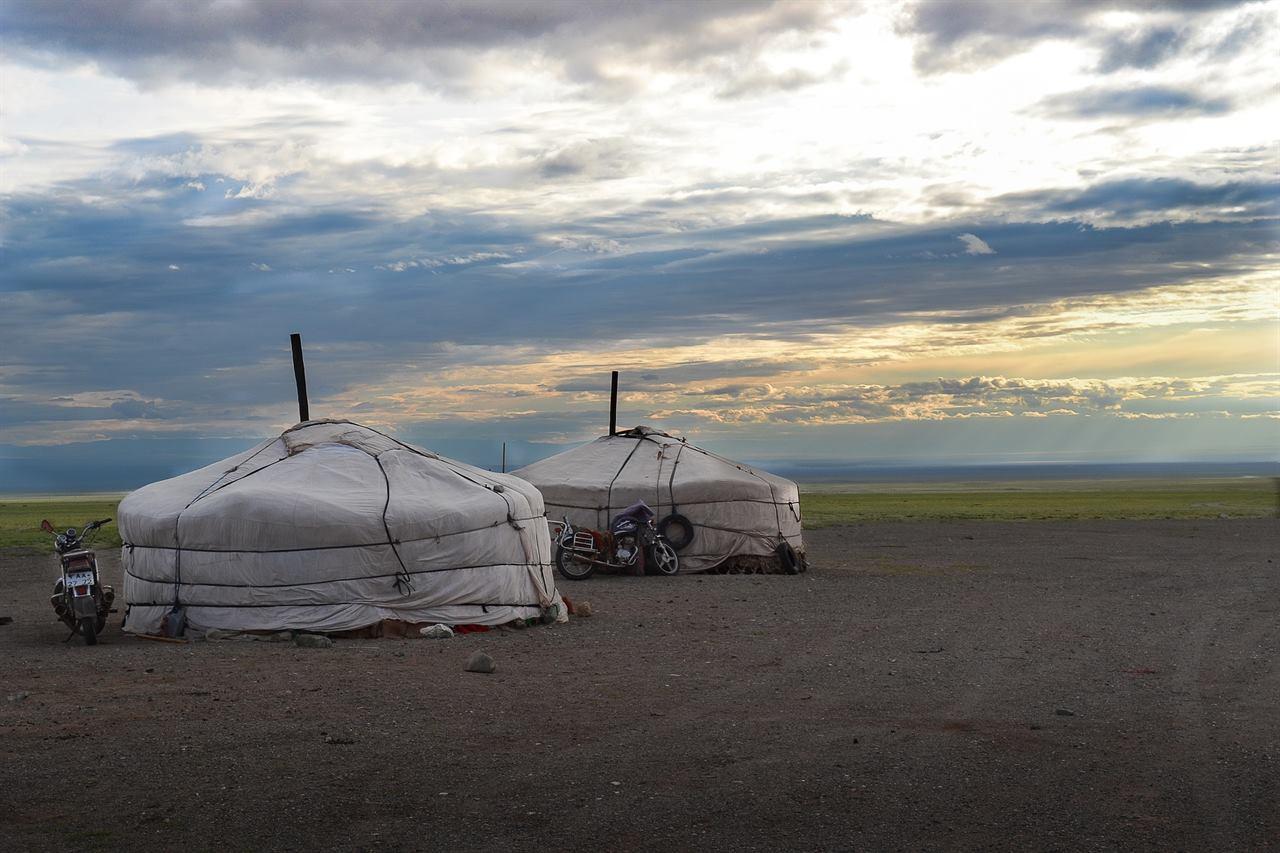 Юрты Монголии в степи