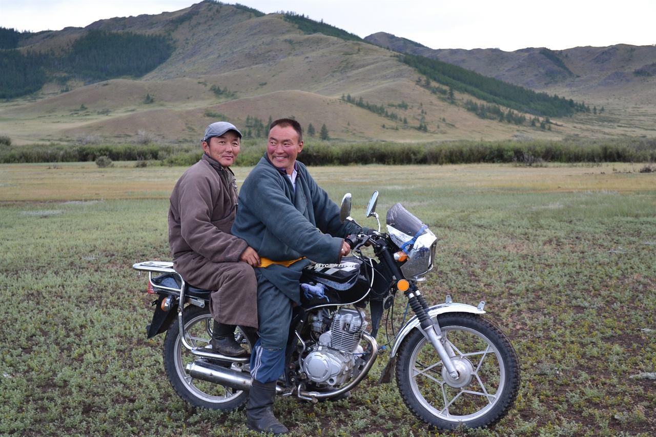 Монголы на мотоцикле в степи