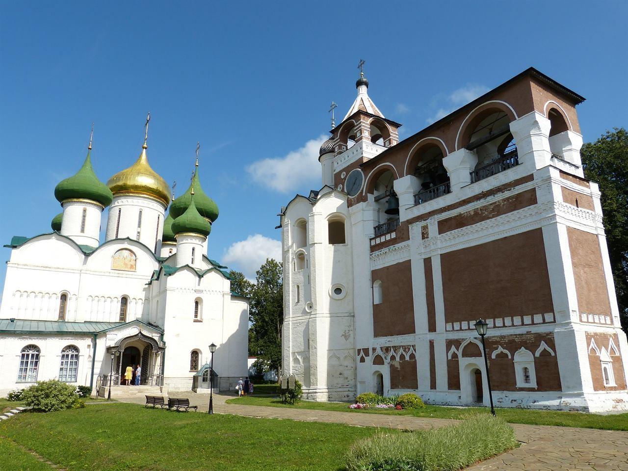 Древний монастырь в Суздале