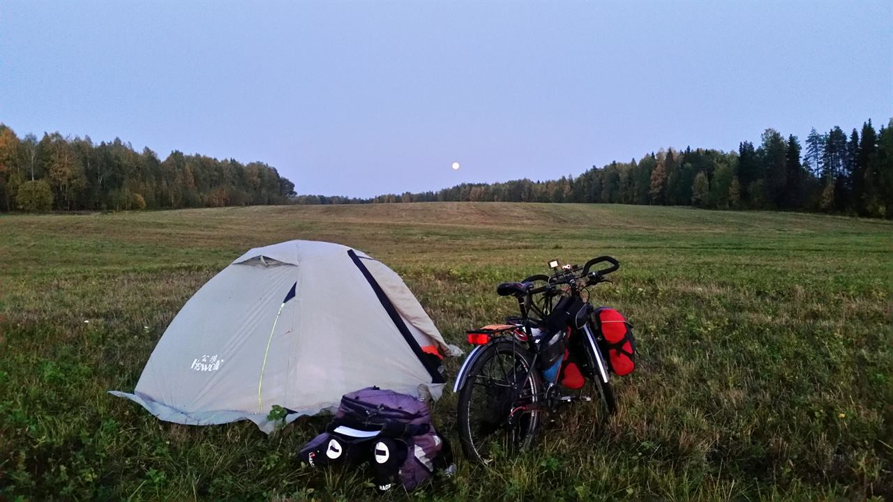 Ночлег в пути в палатке с велосипедом