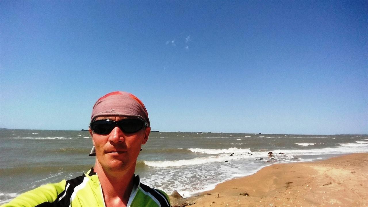 Путешественник в Крыму на фоне моря