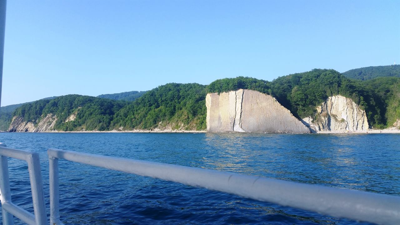 Скалы на берегу моря путешествие в Крым