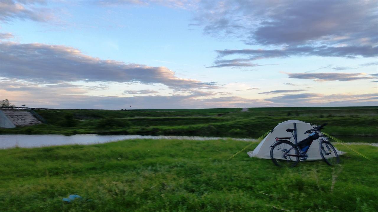 Палатка и велосипед на берегу реки