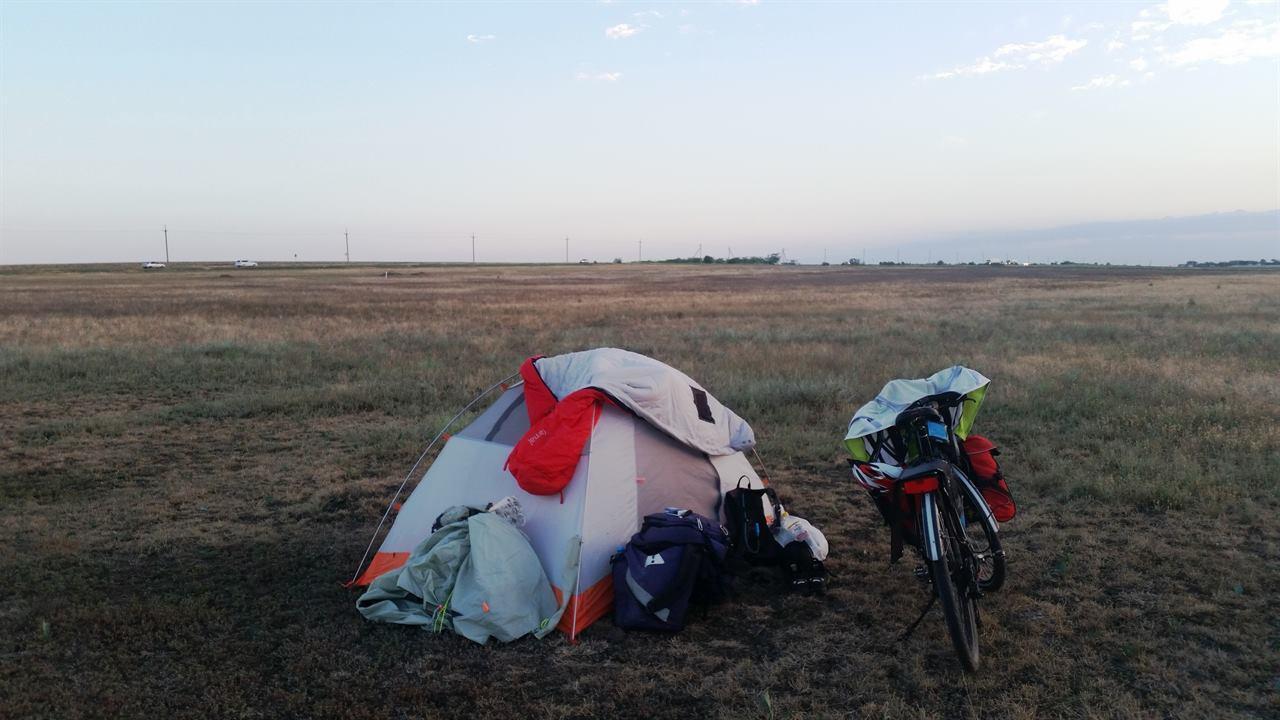Отдых в палатке во время путешествия на велосипеде в Крым