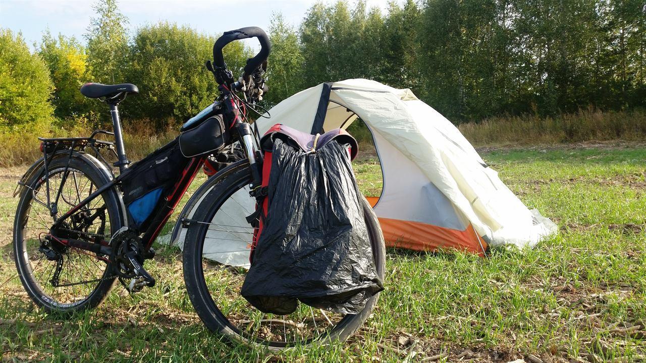 Отдых в палатке перед домом в путешествии в Крым