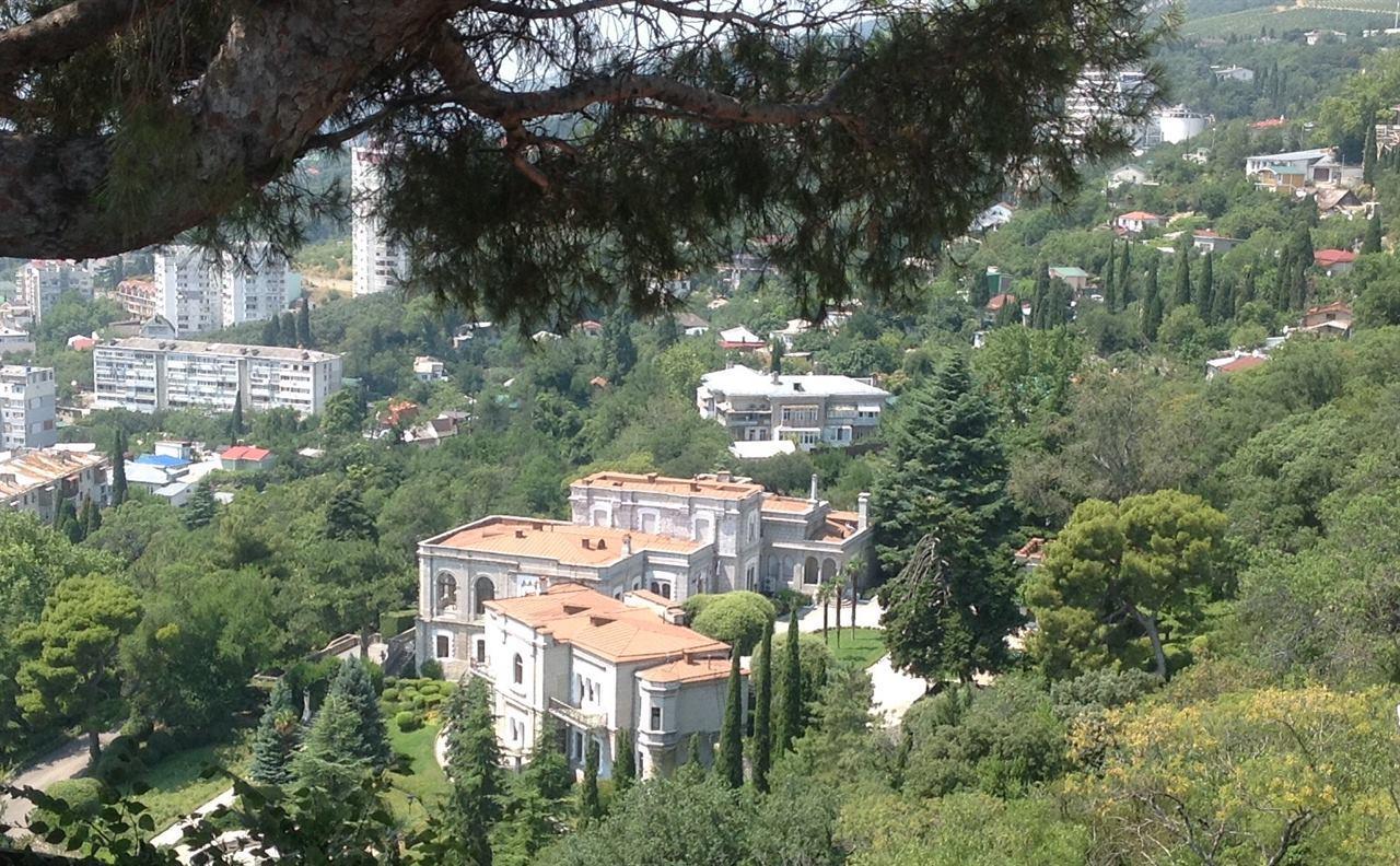 Вид с горы на Юсуповский дворец Крым