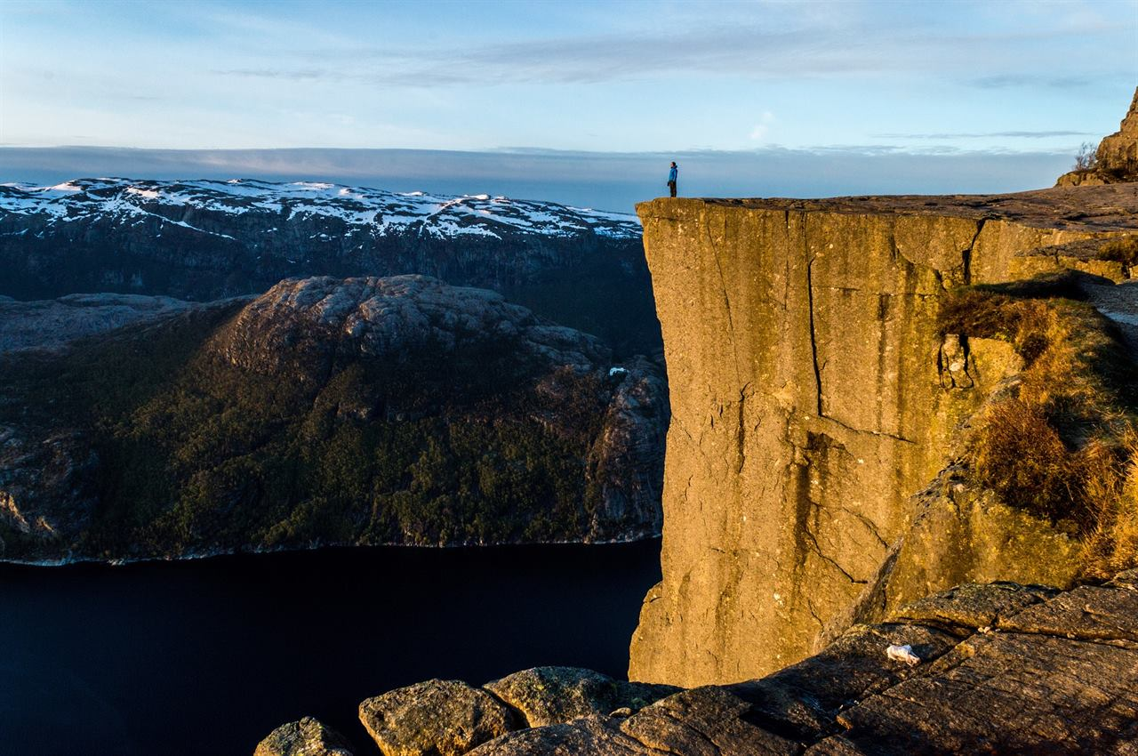 Отвесная скала Фьорд