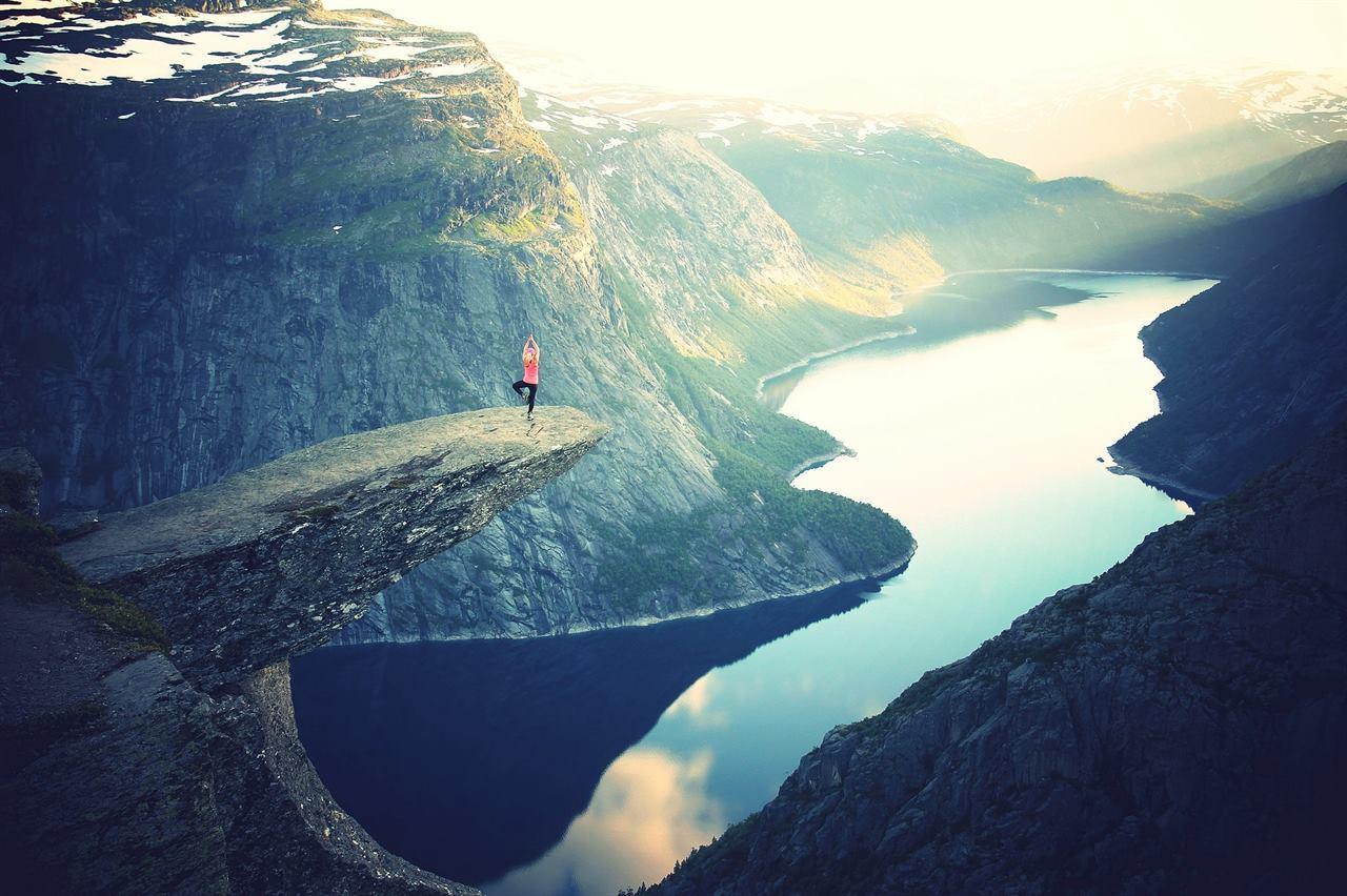 Каменный выступ над фьордом Норвегия