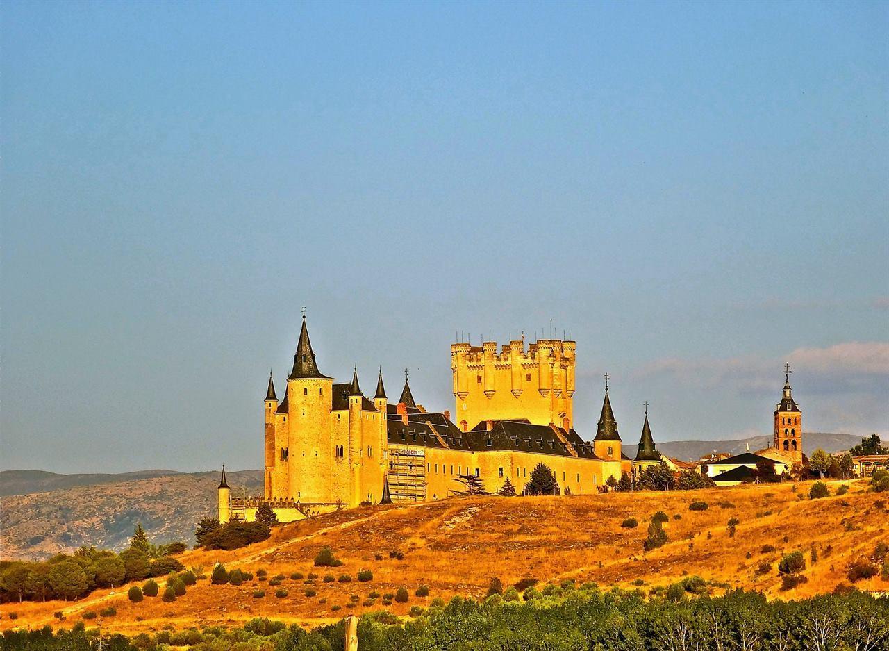 Древнейшая крепость Испании Алькасар в Сеговии