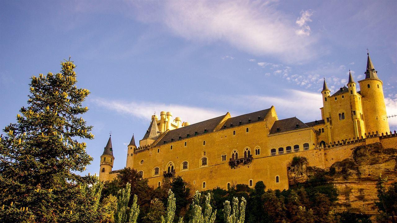 Испанская крепость Алькасар в Сеговии