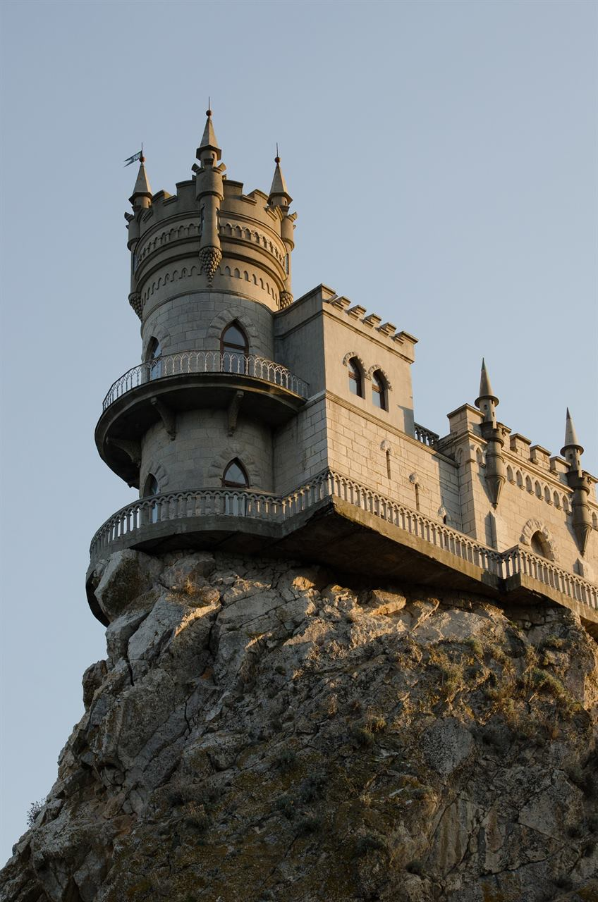 Ласточкино гнездо над морем на скале