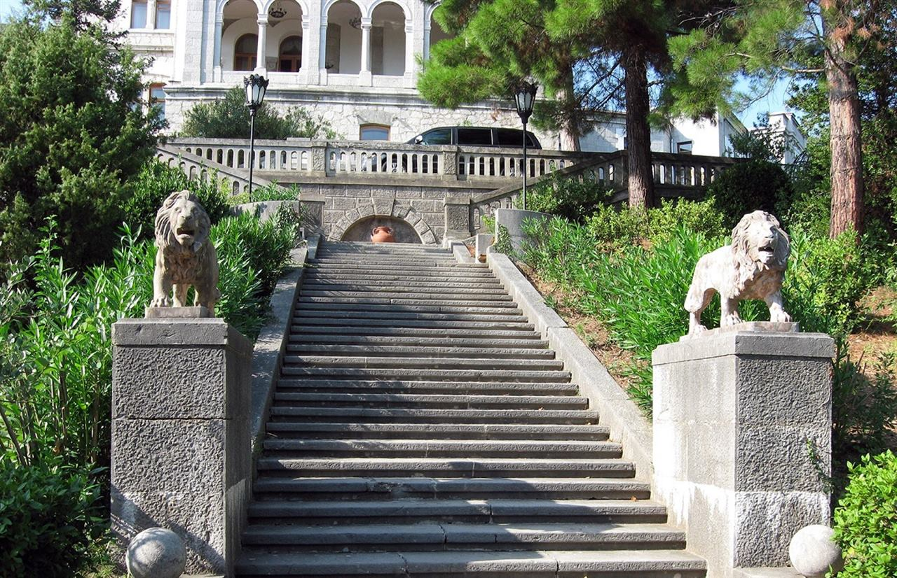 Терракотовые львы на входе в Юсуповский дворец